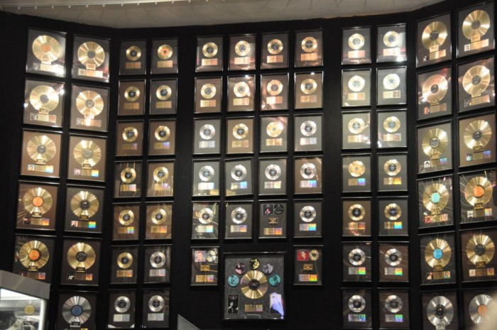 Graceland-Some-of-Elvis-Rold-and-Platinum-Records-Memphis-TN-2012-09-24_1200x797-700x465